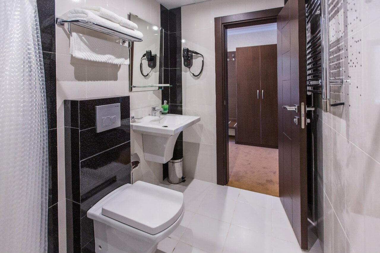 Санузел 2-х местный 1-но комнатный стандарт с балконом - Гранд отель Гагра - отель европейского уровня в Абхазии (Grand Hotel Gagra)